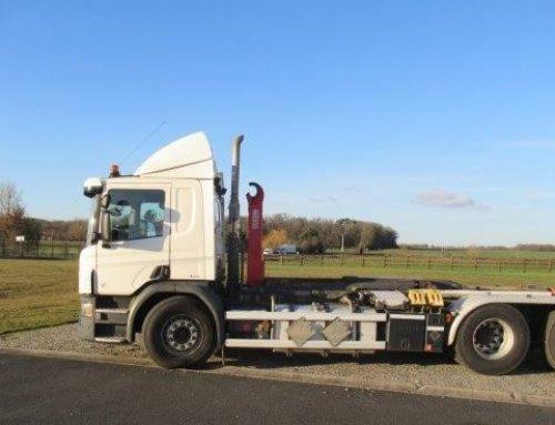 Nouveauté ! Disponible à la location – Porteur Scania R450 équipé bras Ampliroll